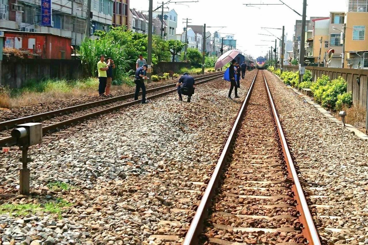 台鐵一輛莒光號,在高雄忠孝路平交道,撞斃一名跨越路線的行人。圖/台鐵局提供
