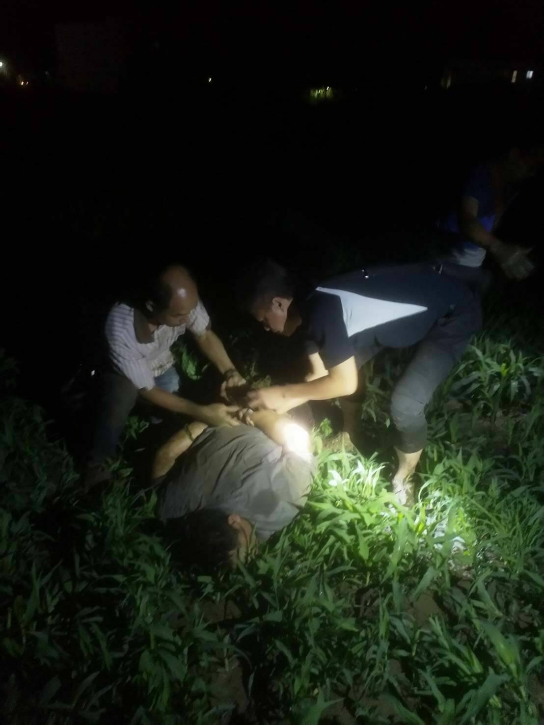 警方今天凌晨在台南歸仁的菜田逮捕周姓男子。記者林保光/翻攝