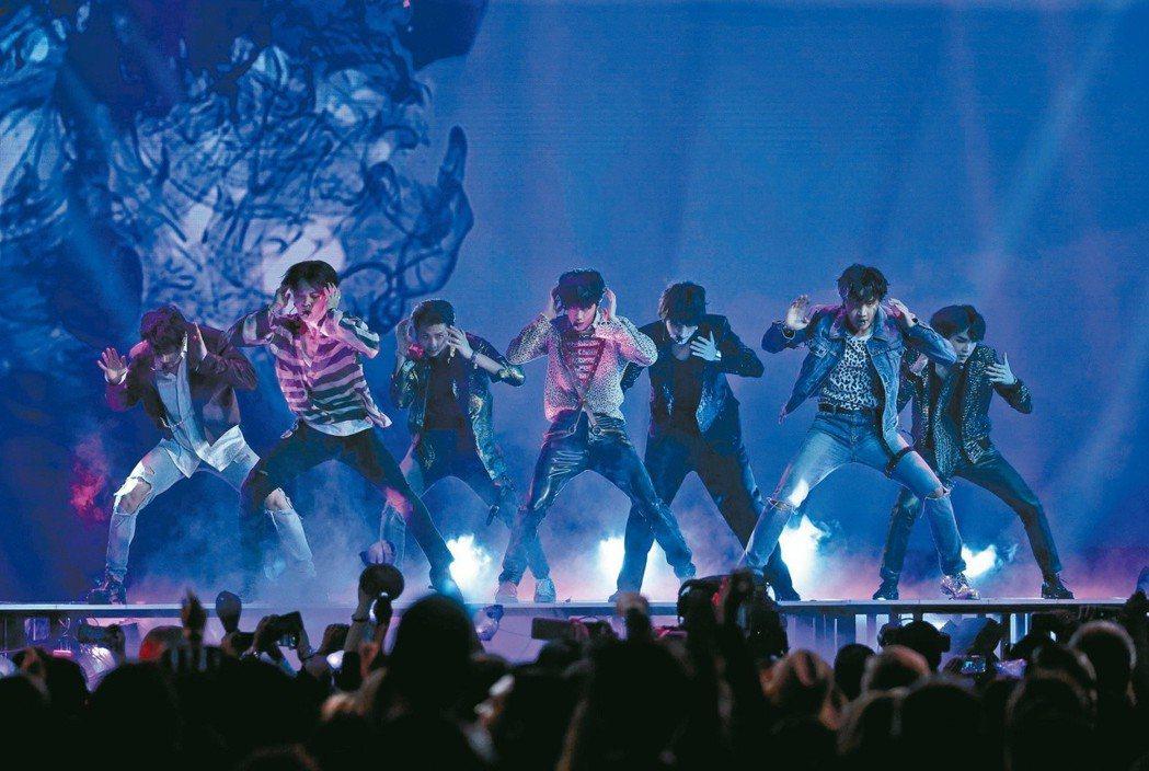 BTS「心靈地圖」登上英國官方排行專輯榜冠軍,是第一個登上英國專輯榜冠軍的南韓團...