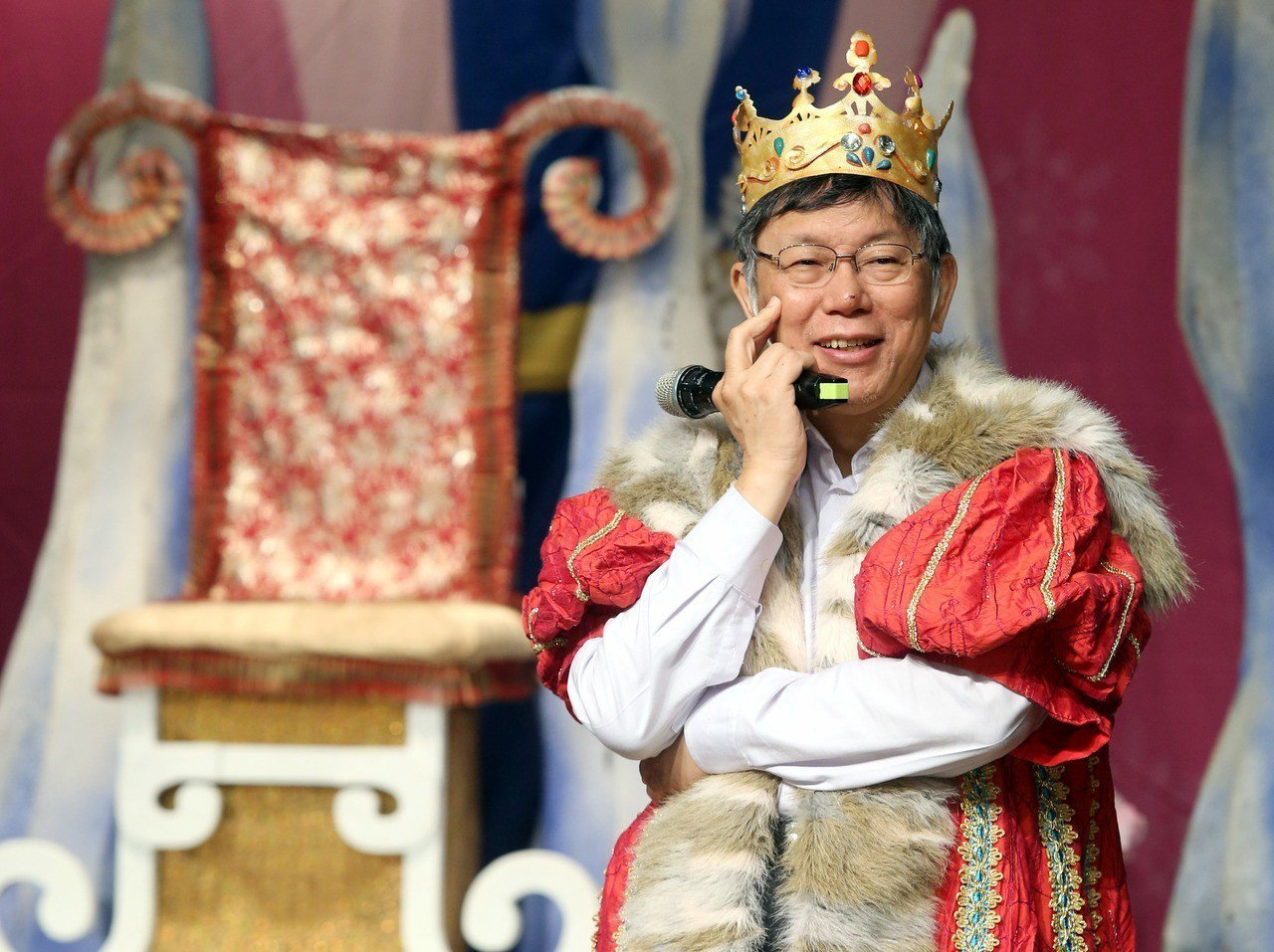 柯文哲參加兒童節慶祝活動,扮成國王和小朋友一起歡樂。 圖/聯合報系資料照片