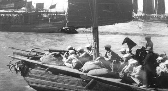 中共最早的海軍是搭乘漁船改製的運輸艇。圖/取自網路