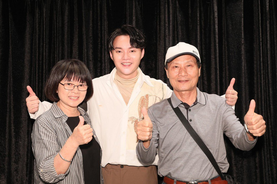 許富凱(中)邀請田馥甄的爸媽欣賞演唱會。圖/寬宏藝術提供