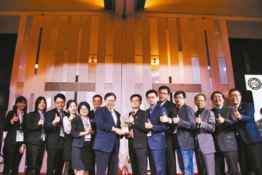 第五屆寰騰匯總冠軍由桃園市長鄭文燦(右八)頒給「巴西森巴隊」隊伍。 吳佳汾/攝影