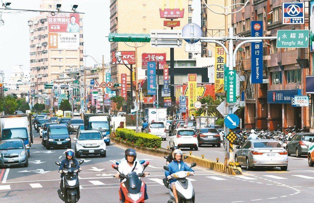 桃園市中壢區環中東路周邊,交通便利,生活機能漸趨完善。 記者杜建重/攝影