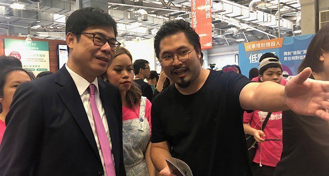 行政院副院長陳其邁(前左)19日參觀未來商務展,與現場業者交流互動。中央社