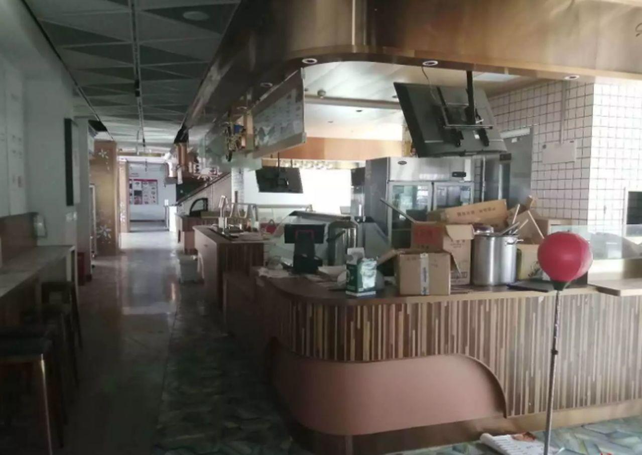 美食廣場已關門數月,連桌椅都被搬空。(取材自紅星新聞)