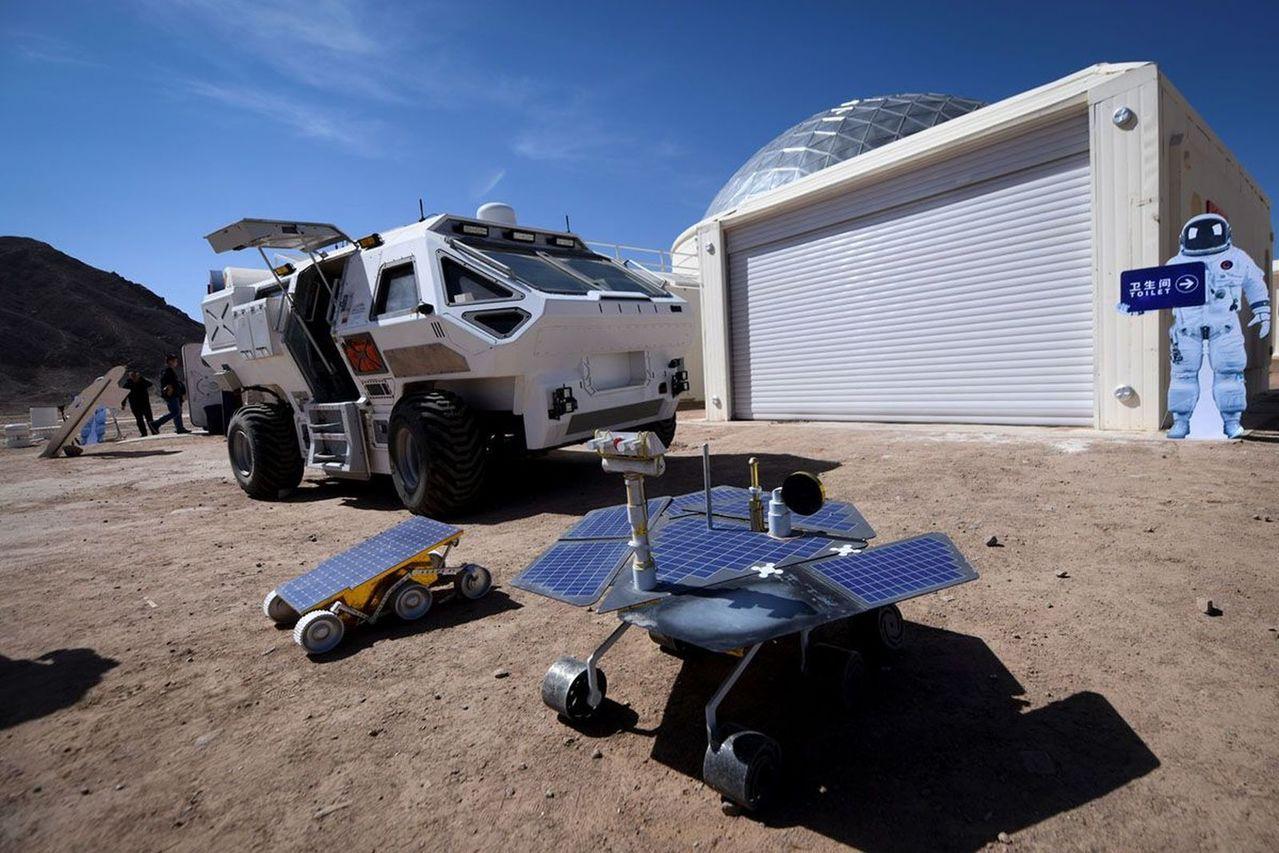 火星1號基地艙體外則擺放著各式探測車。(取材自參考消息)