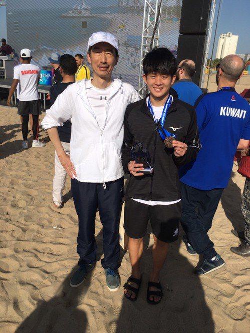 第9屆亞洲公開水域游泳錦標賽在科威特登場,台灣唯一參賽的年輕泳將卓承齊在5公里長...