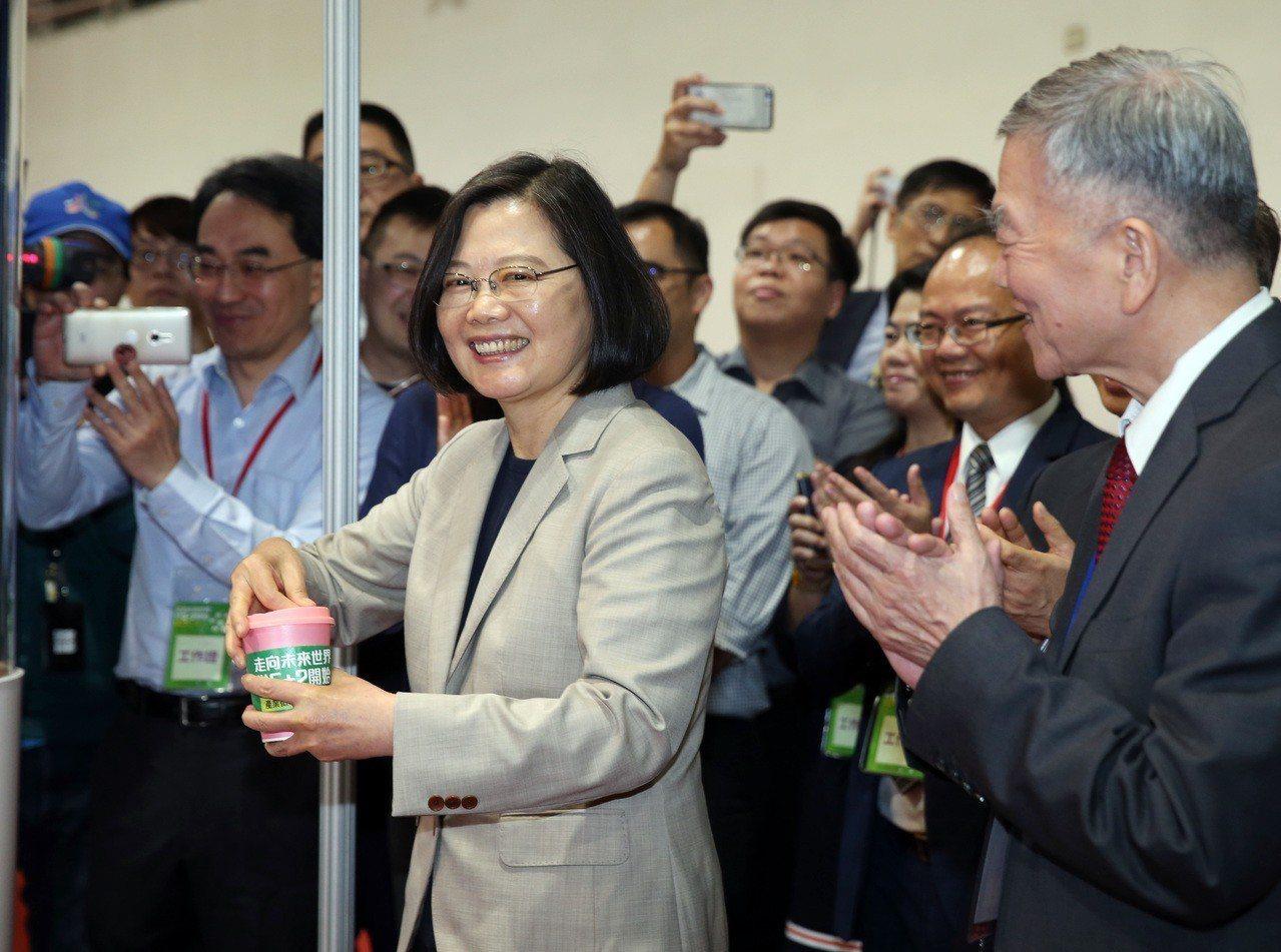 蔡英文總統下午參訪「產業徵才博覽會-5+2暨生技醫藥在臺北」,品嚐智慧機器人咖啡...
