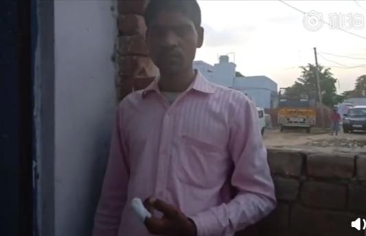因頭錯票自斷指的印度男子。圖取自梨視頻