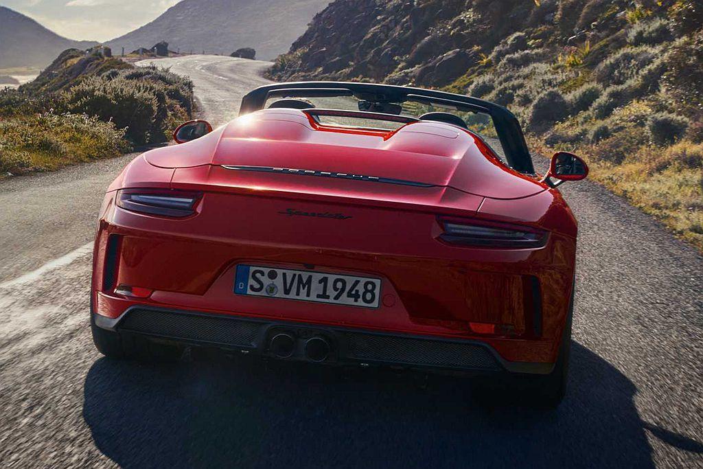 保時捷911 Speedster前行李箱蓋、葉子版及後型行李箱蓋等均採用碳纖維材...