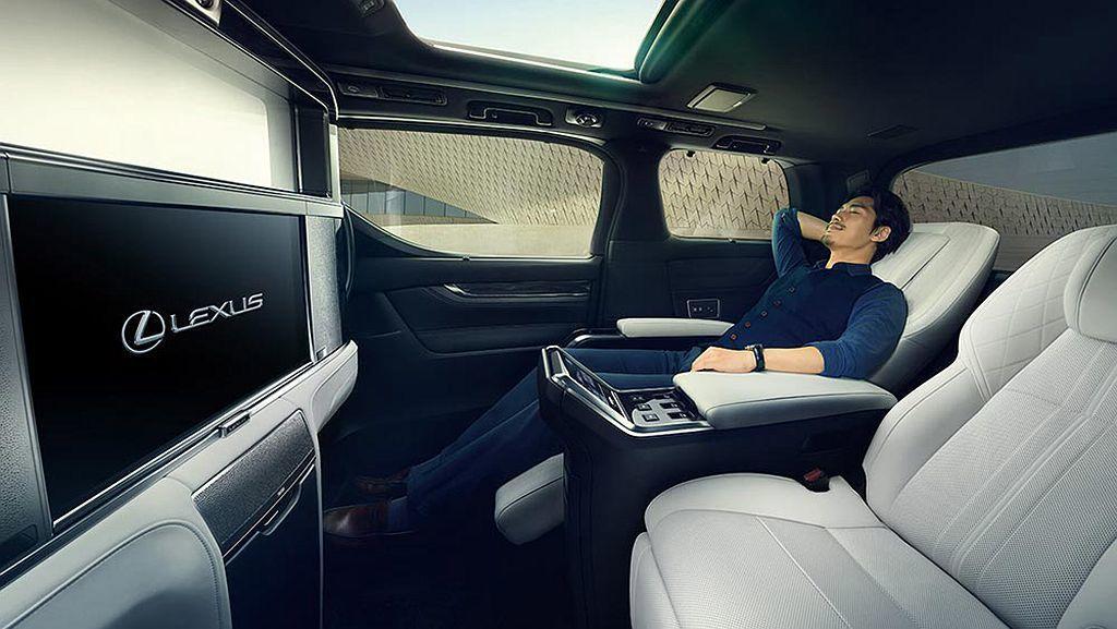 Lexus LM打造後座專屬隱私空間,內含兩張可調整角度的行政座椅,前方配有26...