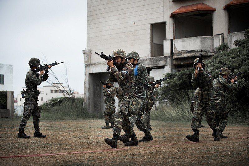 士兵只是穿著制服的公民,不表示軍方可以任意槍斃他的生命。 圖/取自總統府 fli...