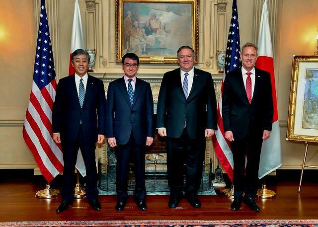 龐培歐(右2)、美國代理國防部長夏納翰(右1)、日本外務大臣河野太郎(左2)、日...