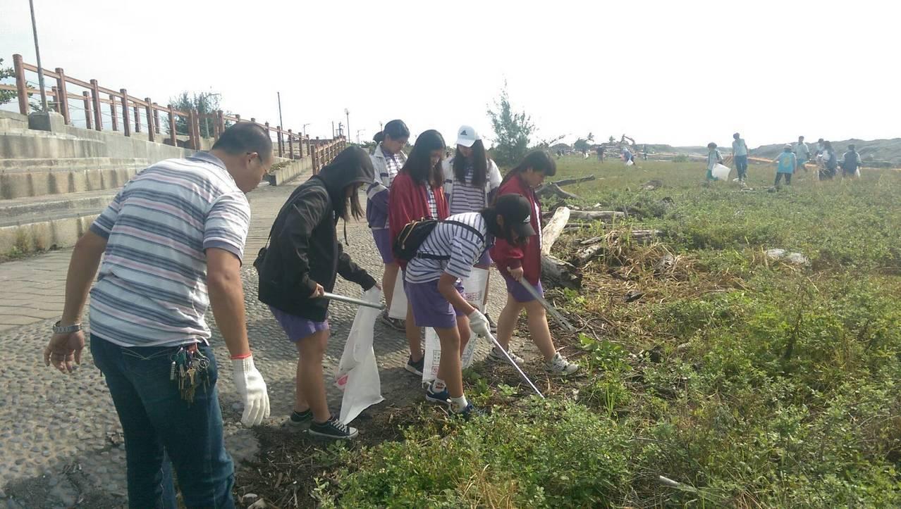 不少學生結伴參加撿垃圾,希望還沙灘原來乾淨面貌。記者尤聰光/攝影