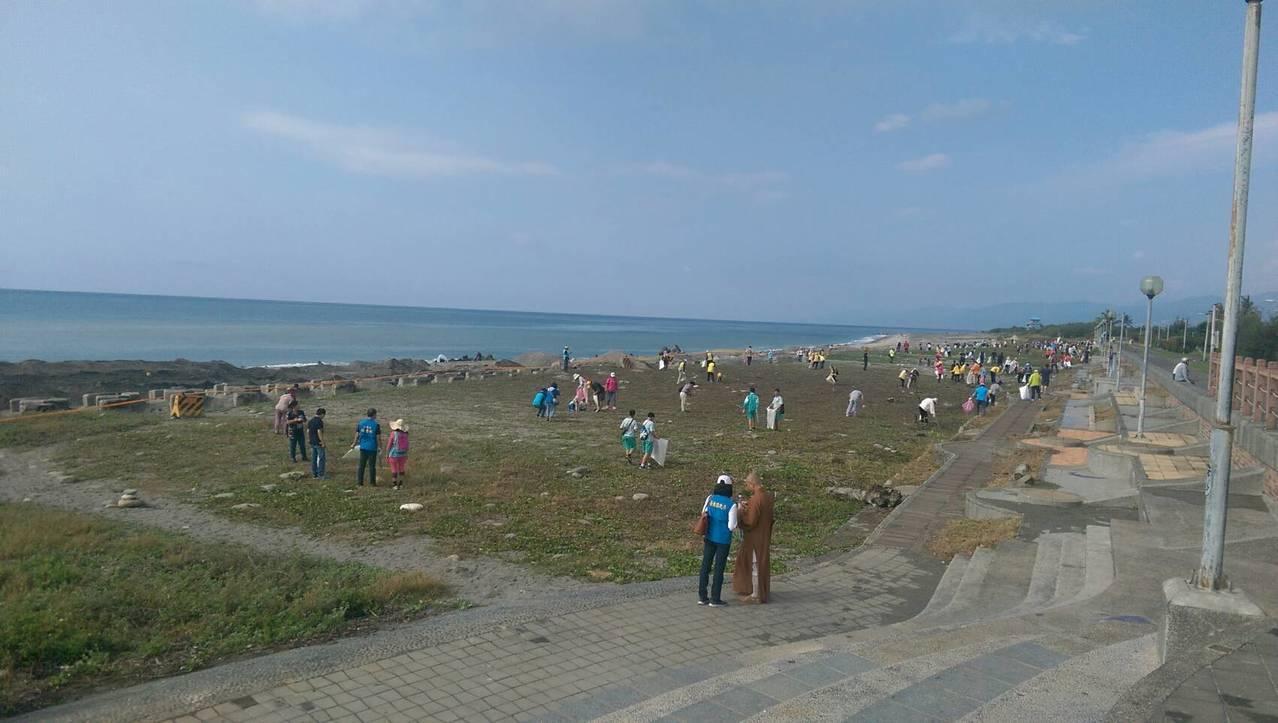 台東縣政府今天舉辦淨灘活動,吸引近千民眾響應,大家頂著豔陽在台東市海濱公園沙灘撿...