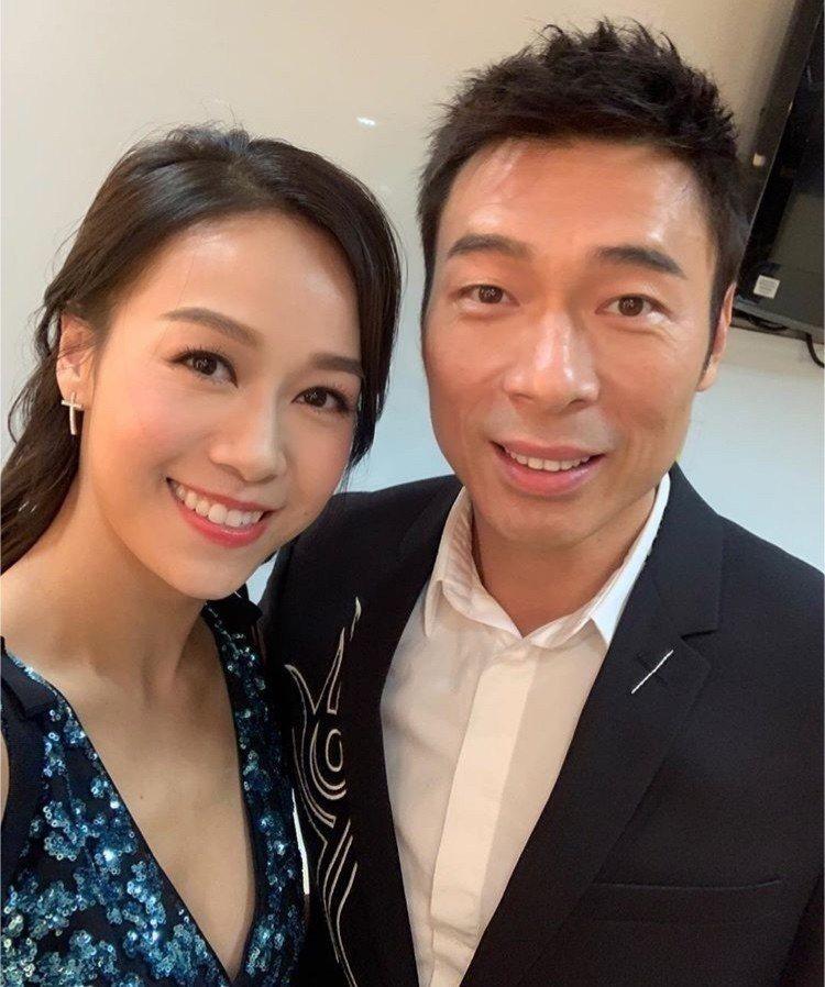 2018年許志安與黃心穎於台上合體獻唱,下台後還一同合照。圖/摘自微博