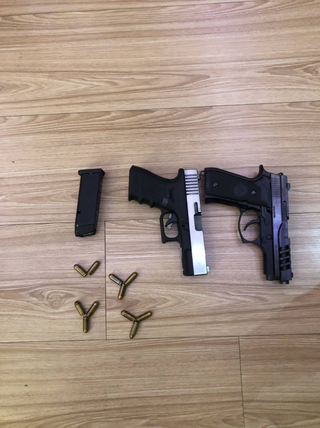 警方查獲40歲陳姓男子擁有2把改造手槍、子彈11顆,將陳男依《槍砲彈藥刀械管制條...