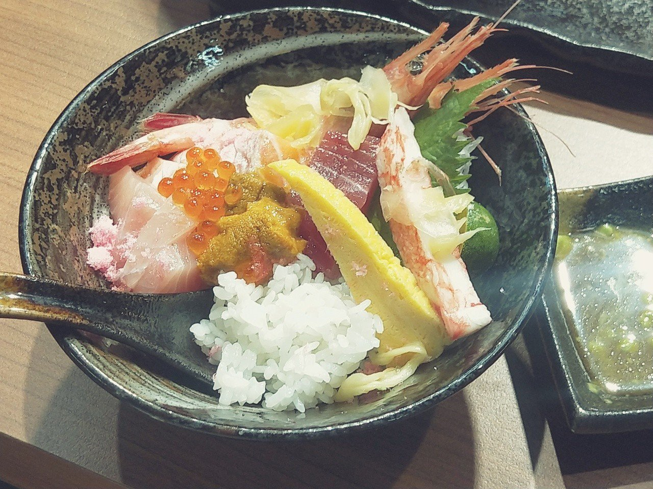 基隆仁愛市場「峰鮨壽司」,雖只有兩坪大,卻是人氣日式料理店,北台灣極富盛名的崁仔...