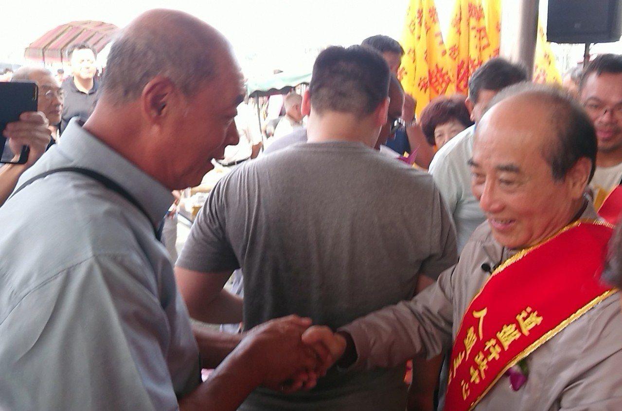 立委王金平今天到嘉義布袋太聖宮,受到民眾熱情歡迎。記者卜敏正/攝影
