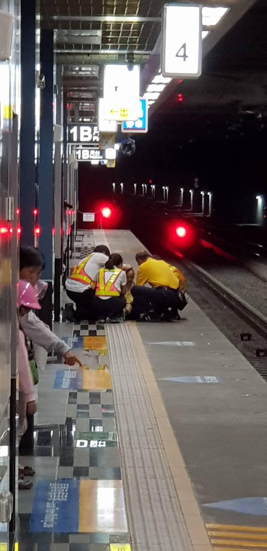 老翁不慎摔落月台,月台人員趕緊將老翁救起。圖/民眾許先生提供