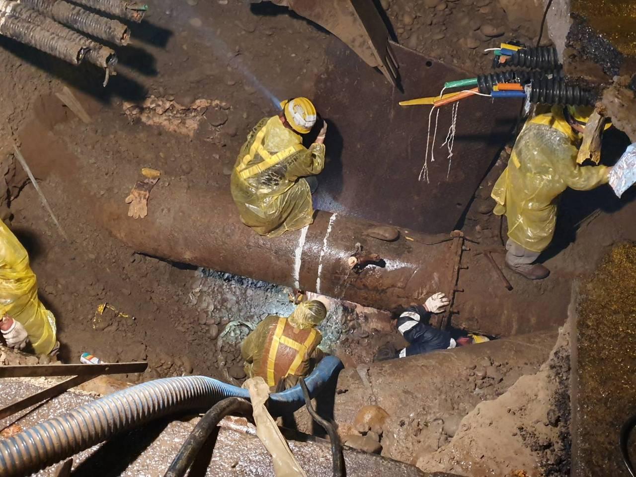 自來水公司的工作人員全力搶修,忙了一整個晚上,約凌晨3點將管線修復完成。圖/朱健...