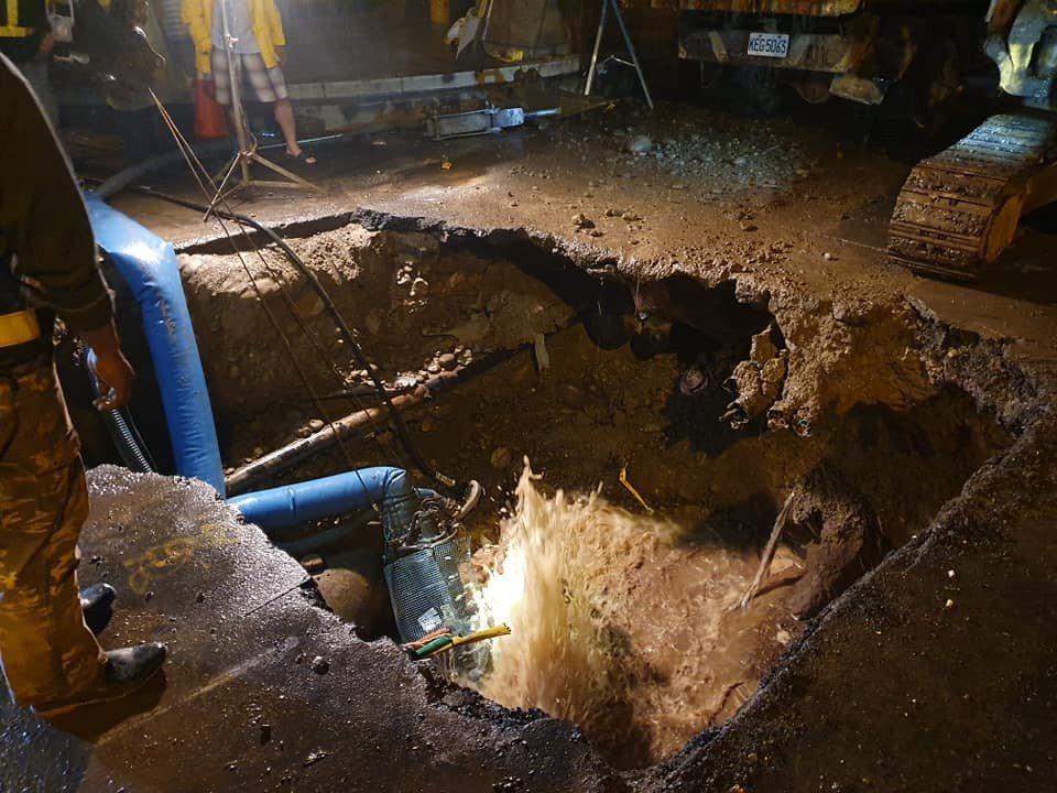 新竹縣政府近期進行竹北市污水下水道管線工程,昨晚施工不慎挖破三民路與民族街口的自...