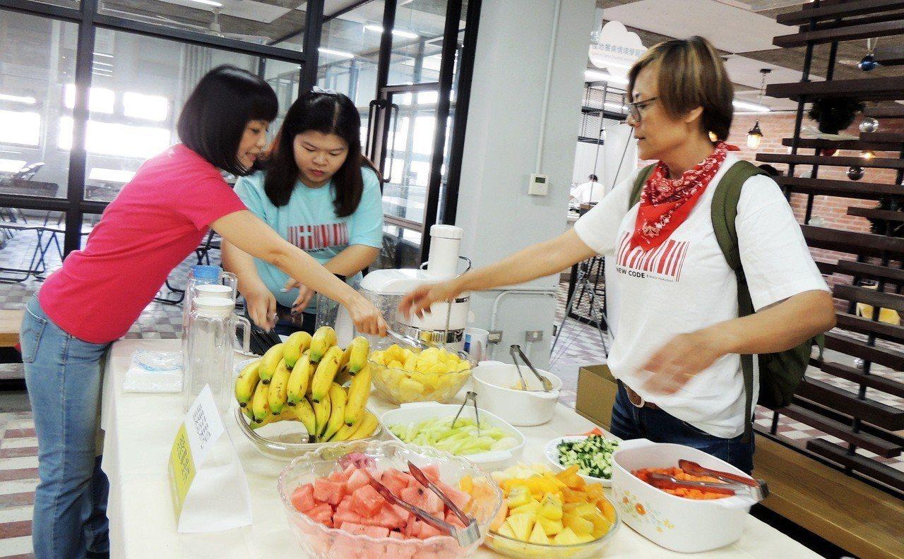 台東縣長前縣長黃健庭夫人陳怜燕一早忙著與工作人員佈置會場。記者羅紹平/攝影