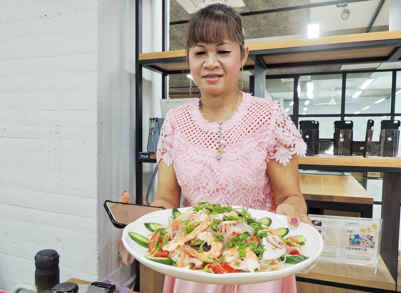 來自泰國的施宋邁準備泰國常吃的海鮮拌。記者羅紹平/攝影