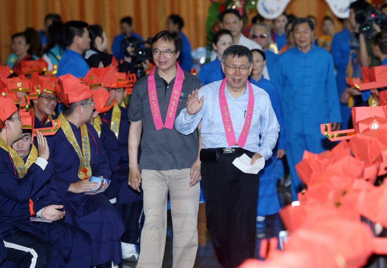 台北市長柯文哲上午參加松山慈惠堂孝親感恩成年禮活動時受訪,對於雜誌公布民調,有5...