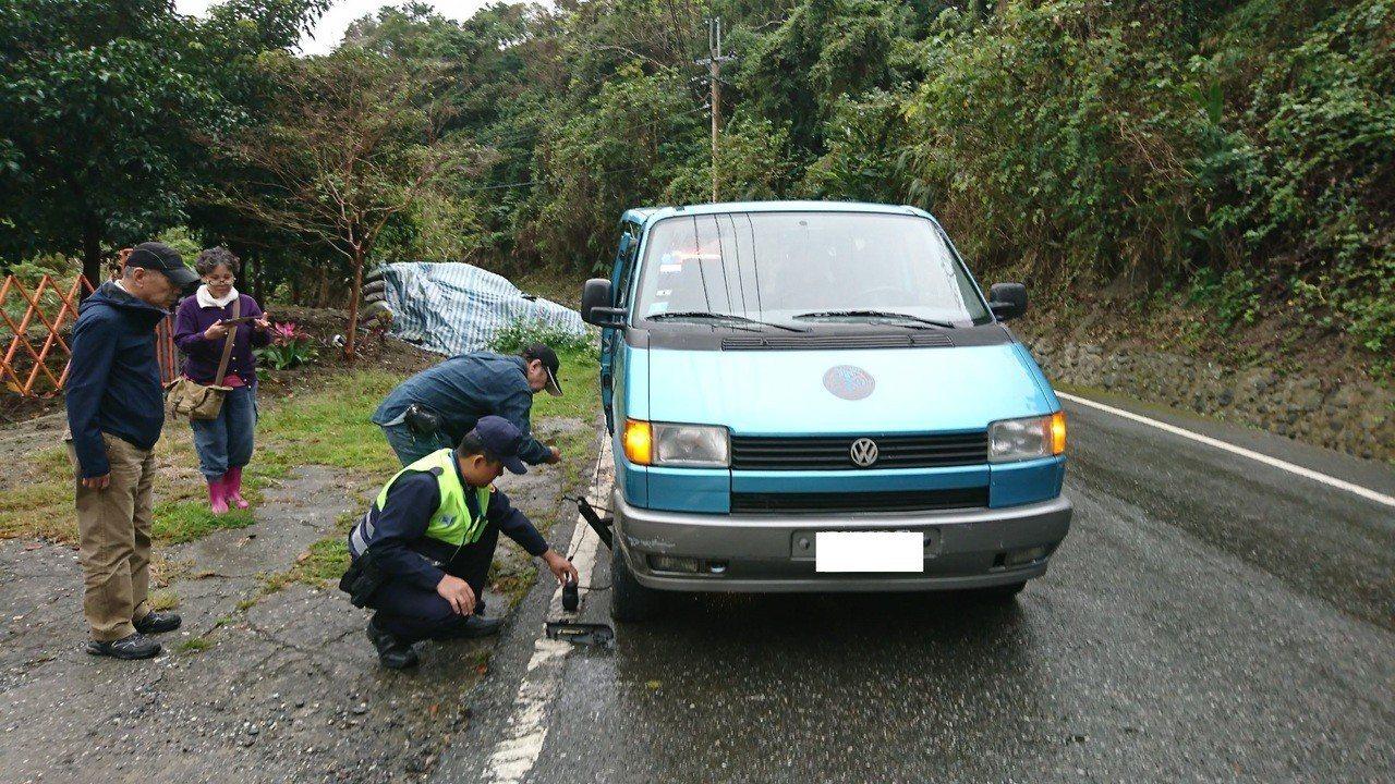 玉里警方協助民車打氣。記者余衡/翻攝