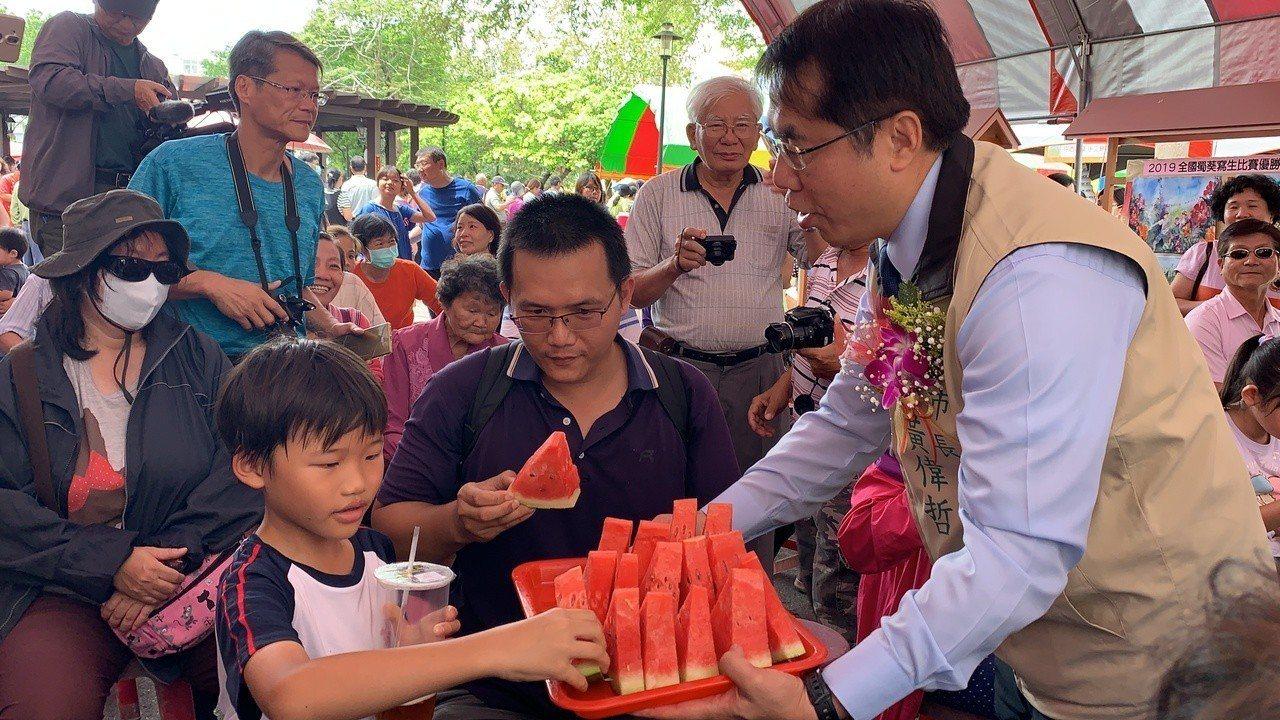 學甲西瓜節今天登場,市長黃偉哲招待民眾吃西瓜。記者吳淑玲/攝影