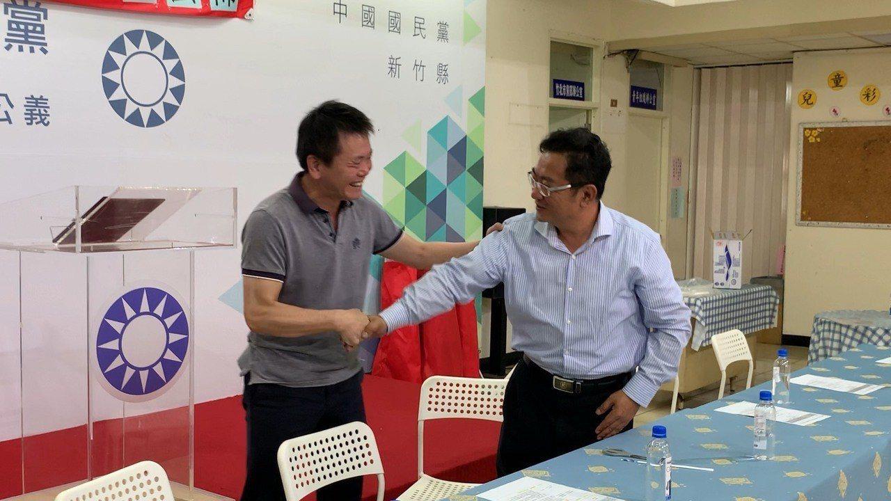 民調結果宣布後,林志華與林為洲握手並恭喜他。記者陳斯穎/攝影
