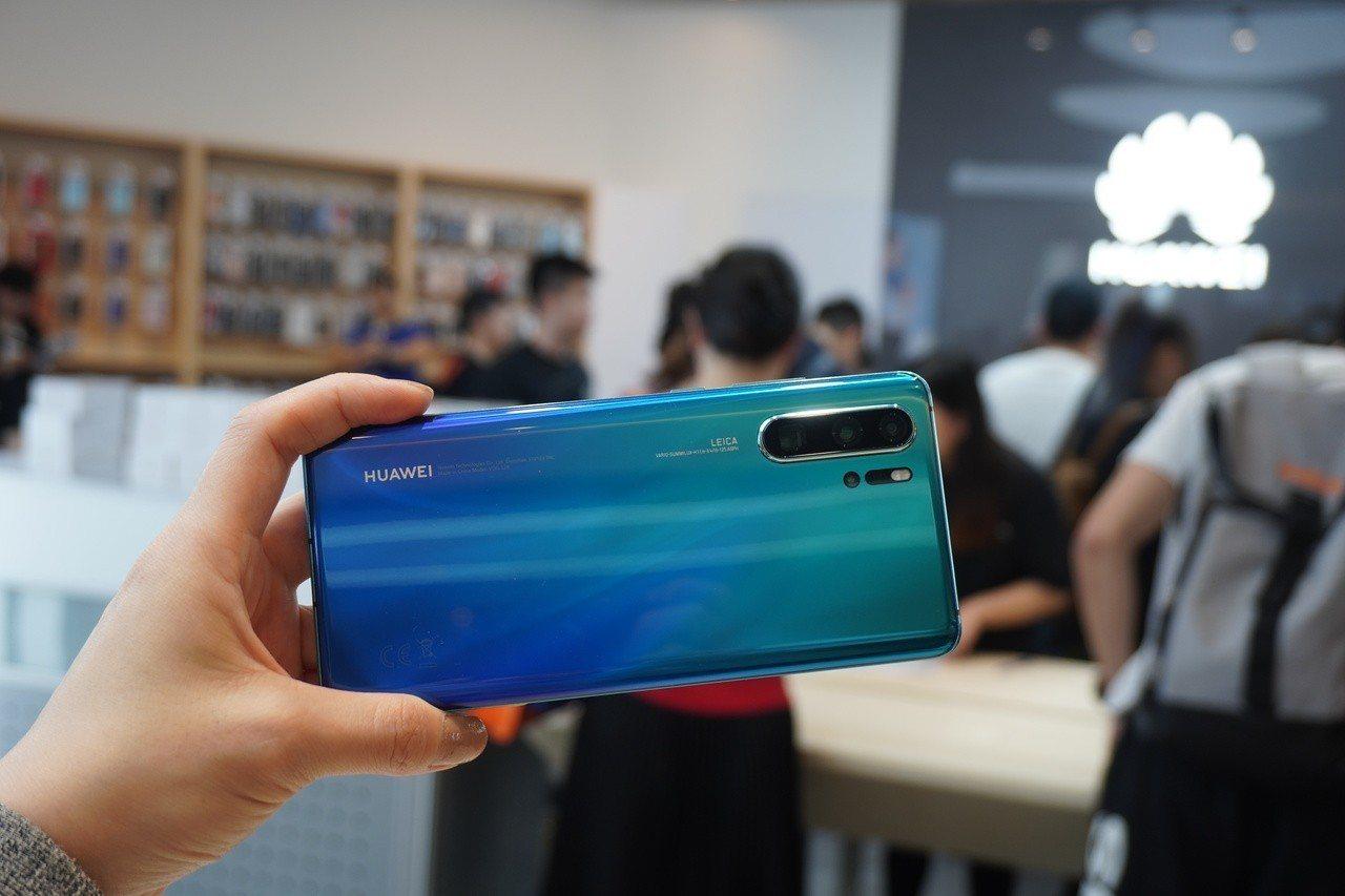 消費者可於店內體驗HUAWEI P30 Pro頂配版極光色。記者黃筱晴/攝影
