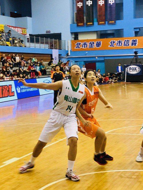 太子陳芊諭(右)拿下14分8籃板,助隊闖進5、6名排名賽。記者劉肇育/攝影