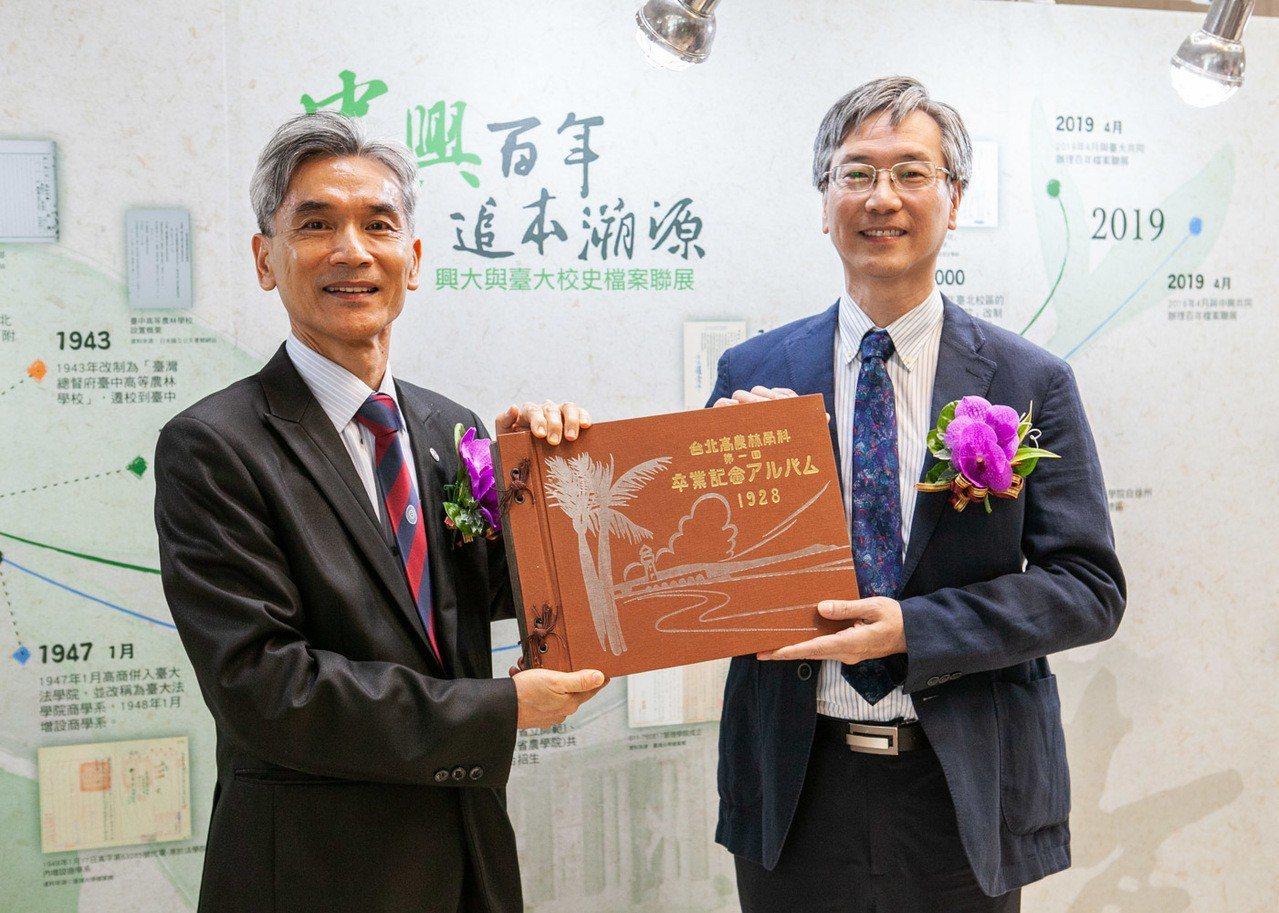 興大校長薛富盛(左)與台大副總務長徐炳義(右)共同拿1928年台北高農林學科畢業...