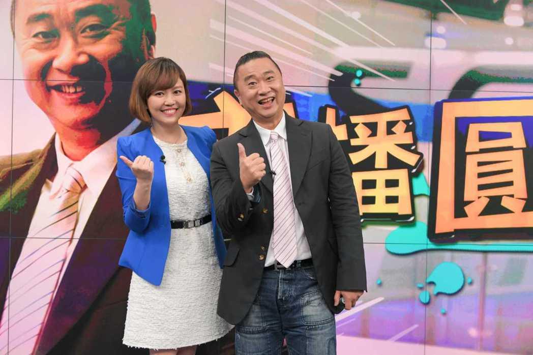 邰智源和主播廖芳潔播報新聞。圖/三立提供