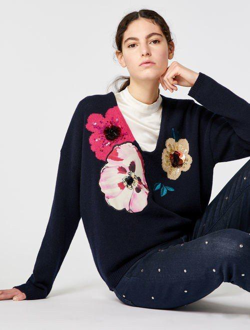 MAX&Co.罌粟花V領針織衫,售價18,800元。圖/MAX&Co.提供