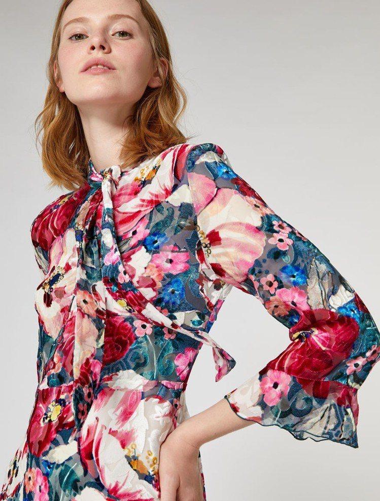 MAX&Co.罌粟花海天鵝絨長版洋裝,售價38,800元。圖/MAX&Co.提供