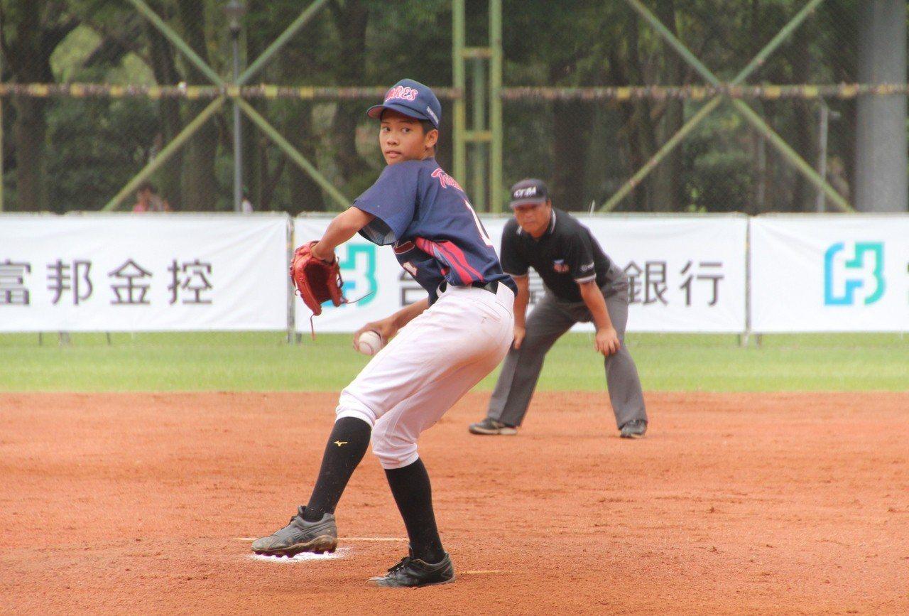 前富邦悍將隊投手教練郭勇志之子郭宸安登板後援。記者葉姵妤/攝影