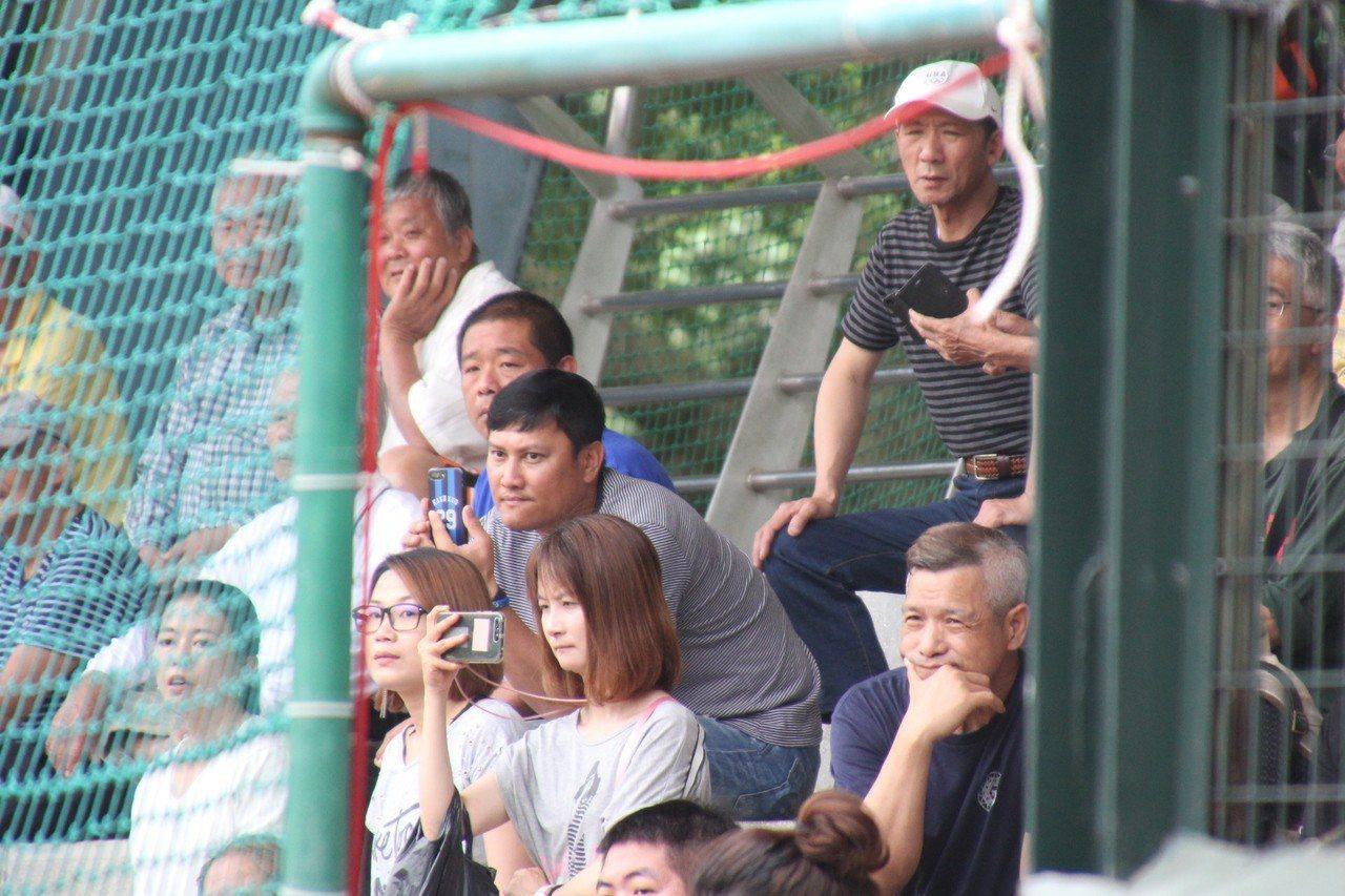 前富邦悍將隊投手教練郭勇志在看台關注兒子郭宸安的表現。記者葉姵妤/攝影