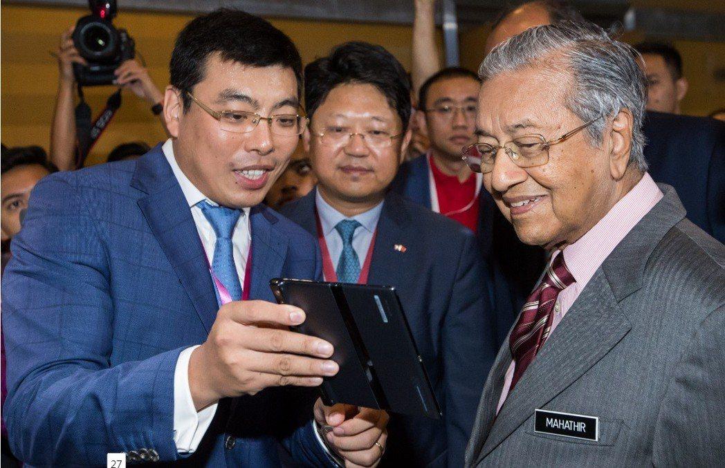 馬來西亞總理馬哈迪近來對發展與大陸的關係頻頻釋出善意。圖為馬哈迪本月18日在馬來...