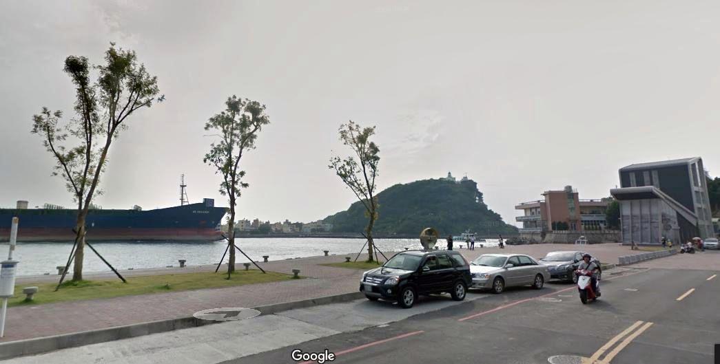 高雄市鼓山區哨船街岸邊沒護欄,1女子不慎落海,幸海巡安檢所(右)就在附近,及時救...