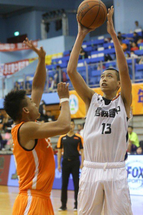 信義吳志鍇(右)拿下12分3籃板3助攻。記者葉信菉/攝影