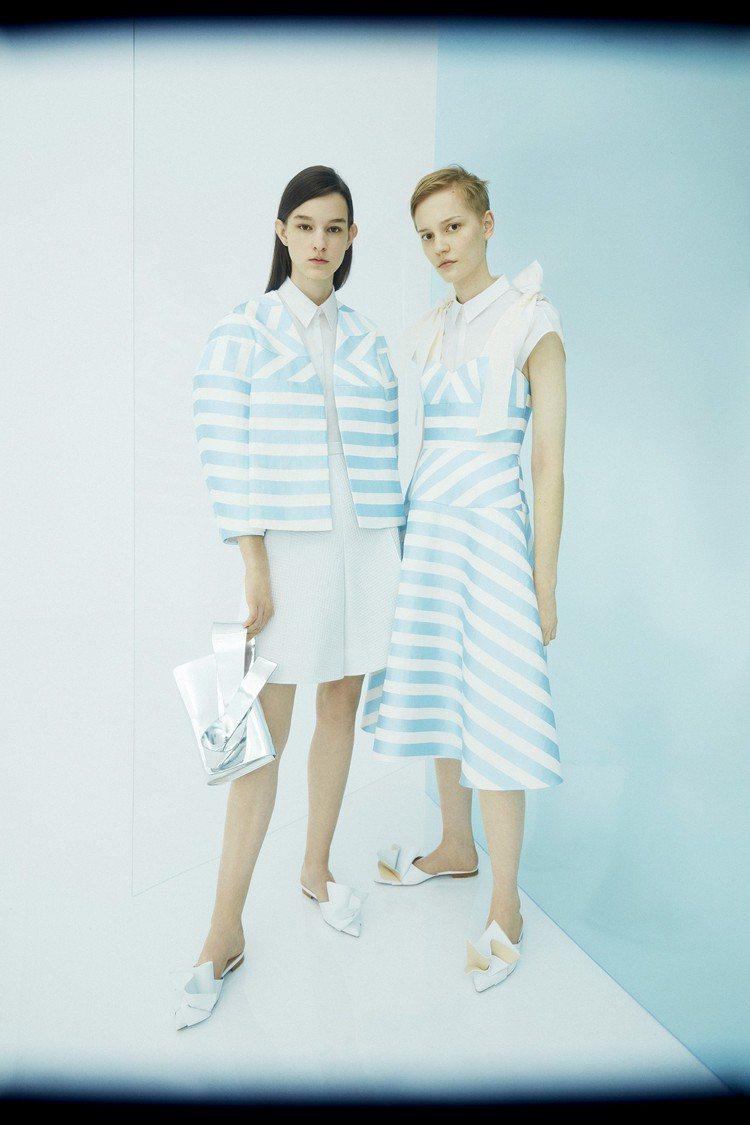 (右)DELPOZO淺藍條紋綁帶肩帶平口短洋裝,售價70,680元。圖/onef...