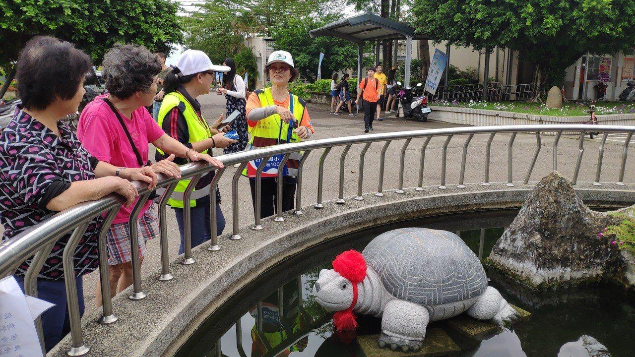 有校友打造石頭烏龜致贈給校方祝賀百周年校慶。記者李京昇/攝影