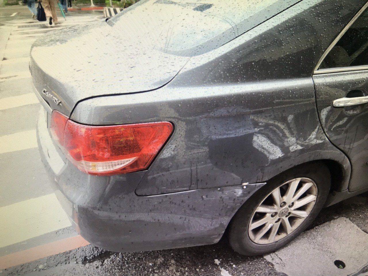 新北市板橋區昨天發生一起嚇人的機車自摔車禍意外,吳姓男子騎車行經板橋警分局前十字...