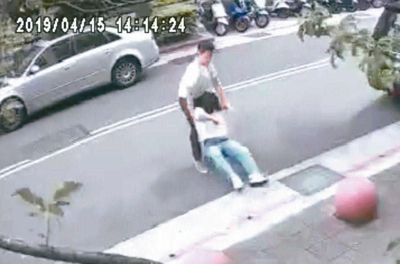 答姓女子突遭陌生男子噴辣椒水,拖行強押上車。 記者蔡翼謙/翻攝