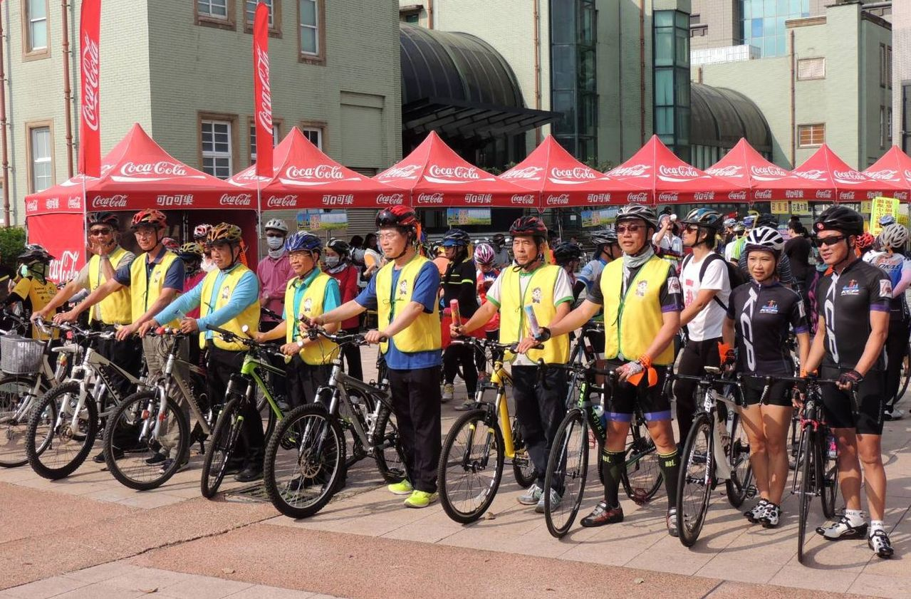 高雄市警局今天舉辦「愛戀山河海,鐵馬伴我行」,宣導自行車交通安全。圖/高雄市警交...
