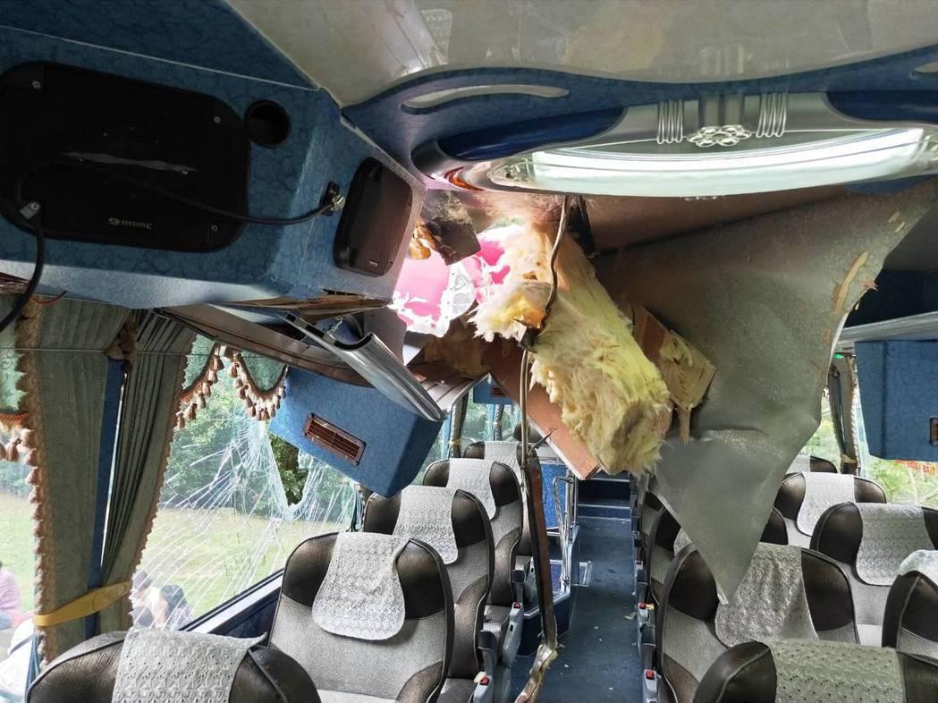 今天下午一輛遊覽車行經花蓮太魯閣國家公園九曲洞隧道口附近時,被落石砸破車頂和擋風...